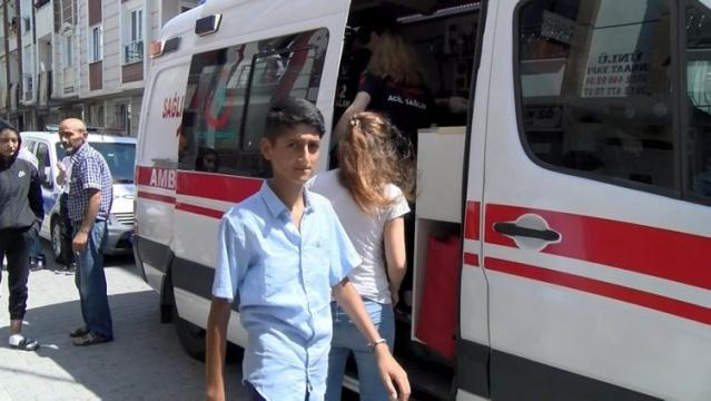 İstanbul Esenyurt'ta anne ve kızı yaşadıkları evde silahlı saldırıya uğradı. Yaralılar ambulansla hastaneye kaldırılırken, saldırganın yakalanması için çalışma başlattı.