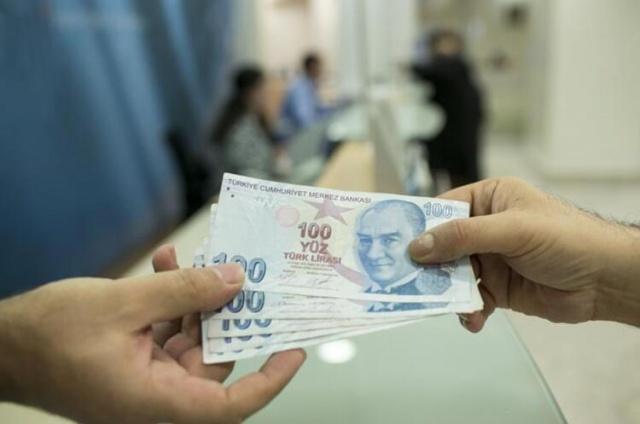 İlk toplantısını geçen hafta yapan Asgari Ücret Tespit Komisyonu yarın da ikinci toplantısını yapacak. Yılbaşından önce iki toplantı daha yapılarak 2020'de çalışanlara ödenebilecek 'en az ücreti' belirlenecek. Toplantılardan önce işçi temsilcileri tarafından 'net 2 bin 578 lira' olarak bir tutar da telaffuz da edildi. Türk-İş Genel Başkanı Ergün Atalay, bir kişinin yaşam maliyetinin 2 bin 578 lira olduğunu belirterek, yeni asgari ücret için bu rakamın göz önünde bulundurulması gerektiğini söyledi. 2019'un asgari ücreti (AGİ dahil) net 2 bin 20 lira olduğundan artış oranı yüzde 28'e denk gelir bu durumda.
