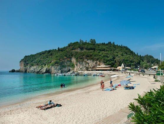 Bir otel işçisi, Korfu'da ailesiyle birlikte tatil yapan 14 yaşındaki bir İngiliz kıza tecavüz etmekle suçlandı.