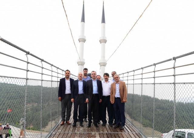 Andırın'a gerçekleştirdiği gezi ve incelemelerin ardından Cuma Namazı çıkışında vatandaşlarla da sohbet eden Başkan Güngör, Kışla Bahçesi, 4 Minareli Asma Köprü'yü de gezdi.