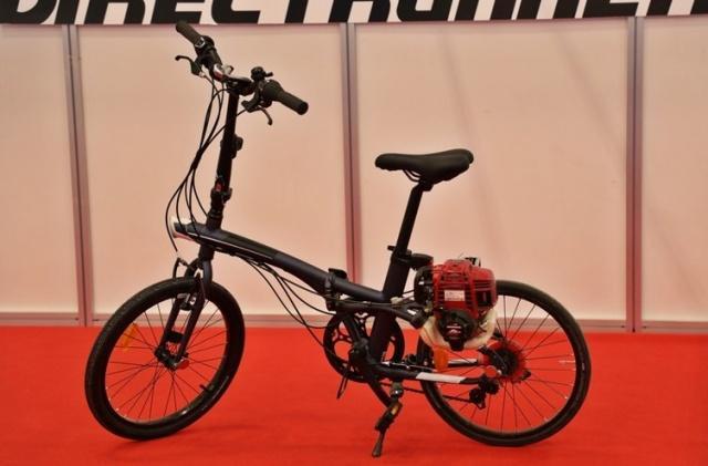 Fuarda benzin motorlu bisikleti sergileyen Çakır Aga Motorlu Taşıtlar Genel Müdürü Cem Çakıroğulları'nın verdiği bilgiye göre katlanabilir özelliği de olan bisiklet 1 litre benzin ile 100 kilometre yol gidiyor. Çakıroğulları, bisikletin fiyatının 5 bin lira olduğunu ve yıllık bin adet satış rakamına ulaştıklarını da belirtti.
