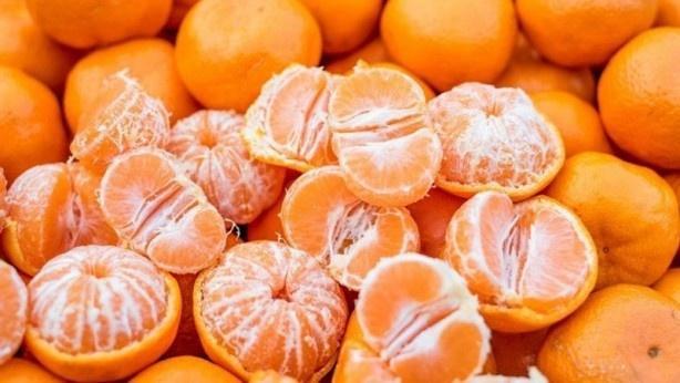 MANDALİNA- C vitamini içeriği sayesinde, saç tellerini besleyen kılcal damarları güçlendiren kolajen üretimine yardımcı oluyor.