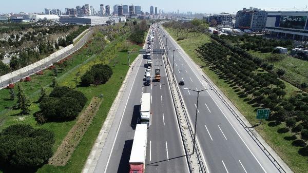 Koronavirüs tedbirleri kapsamında trafikte sürücü ve yolcuların kimlik kontrollerin denetimi devam ediyor. TEM Otoyolundaki denetimde kilometrelerce araç kuyruğu oluştu.