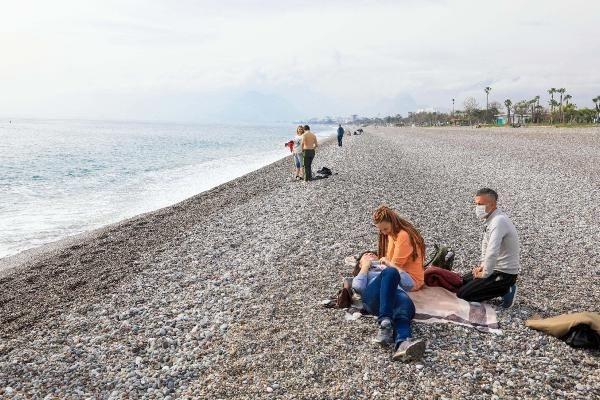 Antalya'nın dünyaca ünlü Konyaaltı Sahili, kısıtlamadan muaf olan turistler ve turizm çalışanlarına kaldı. Kentte deniz suyu sıcaklığı 20 dereceyi buldu.