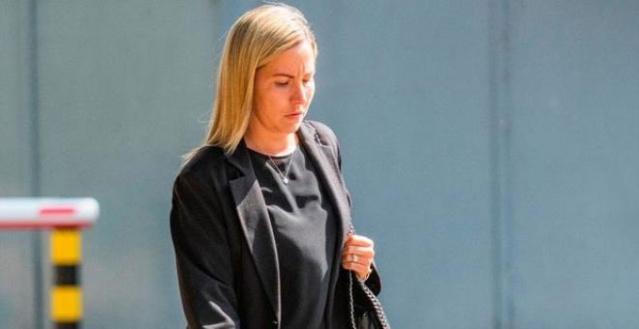 İngiltere'de 16 yaşındaki öğrencisine kendini tatmin ederken çektiği videoları gönderdiği gerekçesiyle yargılanan 35 yaşındaki evli öğretmen Kandice Barber'in davasında yeni gelişmeler ortaya çıktı. Öğretmenin, ilişkiyi ifşa etmesi durumunda öğrencisini sınıfta bırakmakla tehdit ettiği ortaya çıktı.