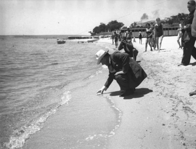 Türkiye Cumhuriyeti'nin kurucusu Mustafa Kemal Atatürk'ün nadir bilinen fotoğrafları Ankara Üniversitesi arşivinden çıktı. İşte Atatürk'ün o fotoğrafları...
