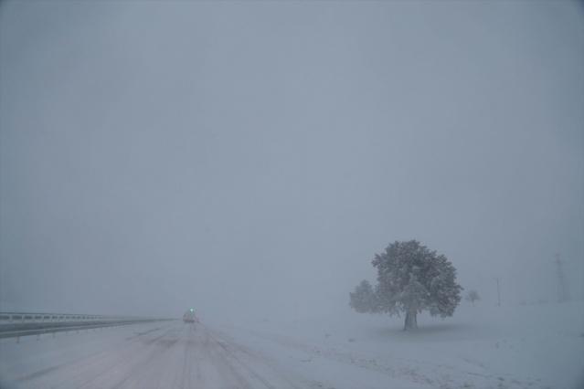 Kahramanmaraş-Kayseri kara yolunun Kayseri istikameti, yoğun kar nedeniyle ulaşıma kapandı.