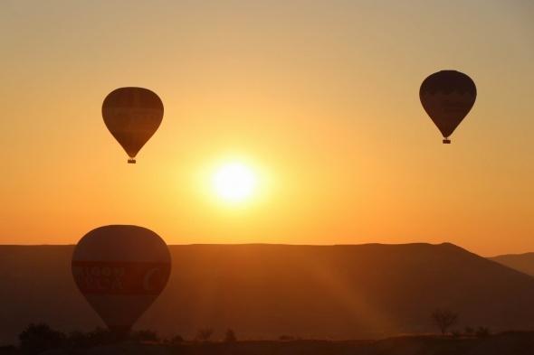 İlginç yer şekilleri ve kayadan oyma kiliseleriyle önemli turizm merkezleri arasında yer alan Kapadokya`da düzenlenen sıcak hava balonlarının gökyüzünde ki muhteşem dansı yerli ve yabancı turistlerin büyük ilgisini çekiyor.