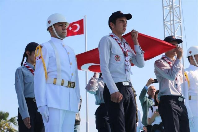 Askerlerin ellerinde karaya çıkarılan Türk bayrağı, izci kıyafetli öğrenciler arasında değişimin yapılmasından sonra Samsun Valiliği tören alanına götürüldü.