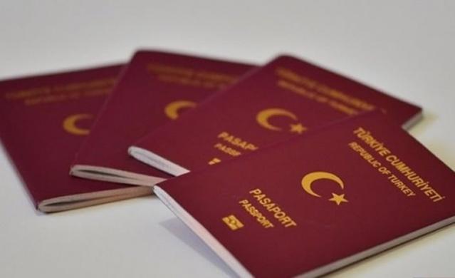 """Sierra Leone İçişleri Bakanlığı tarafından yapılan yazılı açıklamaya göre, Türkiye'nin de aralarında bulunduğu birçok ülke için kapıda vize uygulaması başlatıldı.  Açıklamada, """"Hükümetin bir taahhüdü olarak turist ya da yatırımcı olarak ülkeye gelmek isteyenler kapıda vize uygulamasıyla ülkeye giriş yapabilirler"""" ifadesi kullanıldı. Kapıda vize uygulamasından Türkiye'nin yanı sıra Schengen ülkeleri, ABD, İngiltere, İran, BAE, Suudi Arabistan, Katar, Kuveyt, Japonya, Güney Kore, Norveç ve İsrail de faydalanabilecek.  TÜRKİYE'DEN VİZESİZ GİDİLEN ÜLKELER  Avrupa Birliği (AB) Konseyi, vize başvuru ücretlerinin 60 euro'dan 80 euro'ya çıkartılmasını onayladı. Yapılan bu zammın Türk turistleri vizesiz ülkelere yöneltebileceği belirtiliyor. 89 ülke ise Türk vatandaşlarından 30 ila 90 gün arası turistik gezi için vize istemiyor. Bu ülkelerin yanı sıra 15 ülke sınır kapısından, 10 ülke de online vize ile Türk vatandaşlarına kolaylıkla turistik vize veriyor. İşte tatilinizde gidebileceğiniz birbirinden ilginç kültürel özellik ve doğal güzelliklere sahip 114 vizesiz ülke..."""