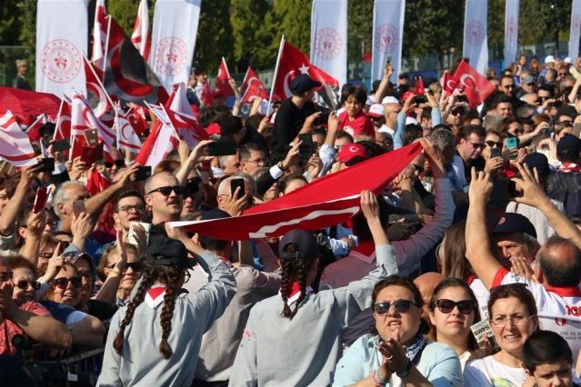 """Vali Osman Kaymak, törende yaptığı konuşmada, """"Bütün umutların tükenmeye başladığı bir dönemde Mustafa Kemal Atatürk'ün 'Türk milleti için bağımlı yaşamaktansa ölmek daha iyidir' diyerek Samsun'a çıkması, bağımsızlık ve özgürlük mücadelemizin de başlangıcı olmuştur"""" dedi."""