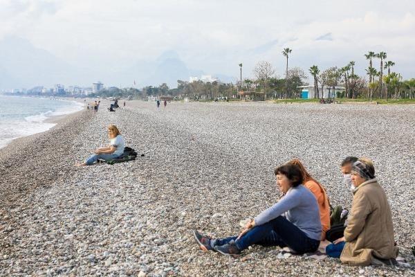 Hava sıcaklığının 17, deniz suyu sıcaklığının 20 dereceyi gördüğü kentte, turistler kısıtlamadan dolayı kendilerine kalan sahilin ve denizin keyfini sürdü.