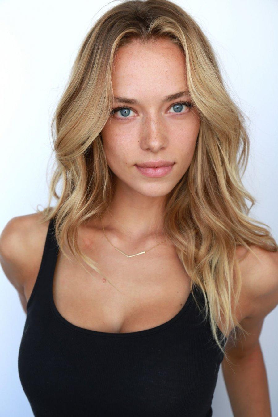 24 yaşındaki güzel model Hannah Ferguson fiziği ile büyülüyor.