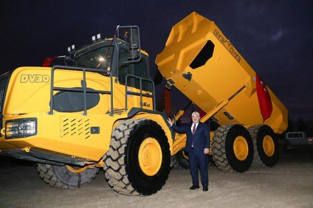 Afyonkarahisar'da bir iş adamı, motor ve şanzımanı hariç tamamı yerli olan kaya taşıma kamyonu üretti. ''Deve'' ismi verilen kamyon, 30 ton yük taşıyabiliyor.