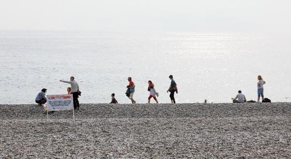 Sahil bandında kimi turistler spor yaparken kimi turistler ise çocuklarıyla parkta eğlendi.