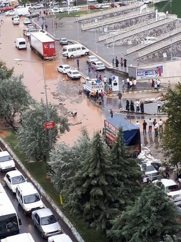 Kahramanmaraş'ta şiddetli yağışın neden olduğu sel ve su baskını nedeniyle araçlar yollarda kalırken, birçok evi de su bastı.  İŞTE FECİ GÖRÜNTÜLER