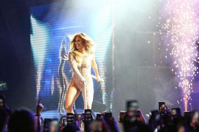 """Dünyaca ünlü ABD'li şarkıcı Jennifer Lopez, 'Regnum Live in Concert' etkinliği kapsamında Belek'te konser verdi. Uzun zamandır Türkiye'ye gelmediğini belirten Lopez, """"Türkiye'de, Antalya'da olmaktan, burada konser vermekten dolayı çok mutluyum"""" dedi."""
