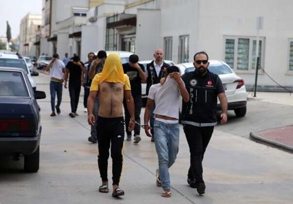 Adana'da uyuşturucu satıcılarına yönelik operasyonda  gözaltına alınan 13 zanlıdan 7'si tutuklandı.