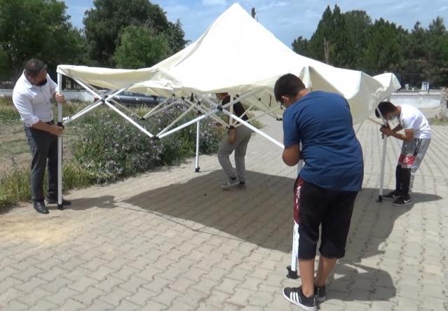 Öğrencileriyle birlikte el ele veren Müdür Çekiç, okulun her zaman dört tarafı duvarla çevrili dam olmadığını bir kez daha kanıtladı.