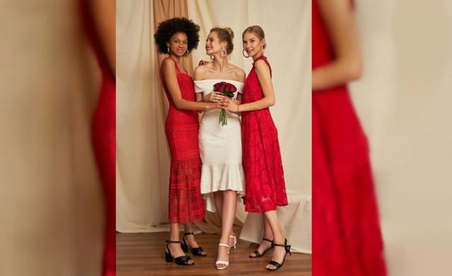 Bu sene düğünlerde şık gözükmek isteyenler için sezonun trendleri belirlendi. Pastel renklerin revaçta olduğu sezonda tüllerin, dantellerin ve volanlı modellerin kullanılması gerektiği ifade edildi. Yaz aylarının gelişiyle peş peşe düğün organizasyonları başladı. Bu dönemde en az gelin ve damat kadar heyecanlı olan davetliler içinse en kritik konulardan biri doğru elbiseyi seçmek oluyor. Doğru elbise seçiminde, düğünün gerçekleşeceği mekân oldukça belirleyici bir rol oynuyor. Kır düğününden plaj düğününe, şık bir otel salonundan manzaralı bir terasa kadar pek çok farklı mekânda düğün yapılıyor. Morhipo MAG ekibi mekâna göre elbise seçiminde nelere dikkat edilmesi gerektiğini ve sezonun trendlerini sıraladı.
