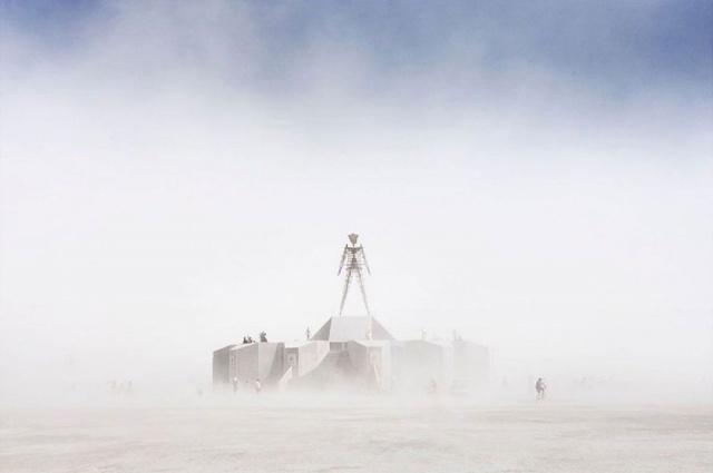 Dünyanın en çılgın festivali olarak bilinen Burning Man sona erdi. 70 bin kişinin katıldığı festivalden fotoğraflar sosyal medyadan paylaşıldı. İşte o kareler...