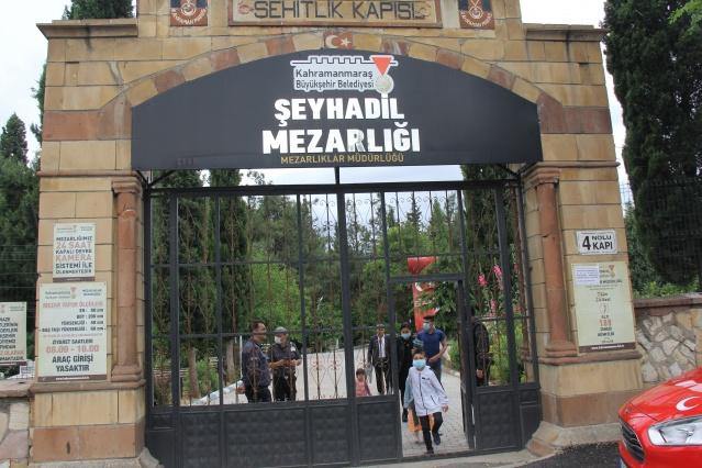 Kahramanmaraş'ta yaşayan şehit aileleri, Ramazan Bayramı'nın ilk günü Kahramanmaraş Şehitliği'ni ziyaret etti. Şehit evlatlarının mezarları başında dua okuyan aileler, mezarlara çiçek bıraktı.