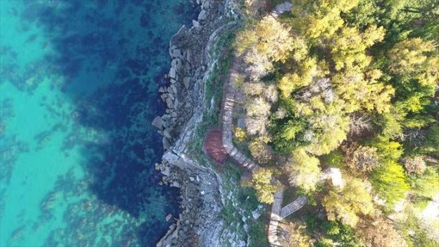 """""""Batı Karadeniz'in incisi"""" olarak adlandıran Akçakoca ilçesinde de sonbahar denizin mavisiyle birleşerek seyri doyumsuz görüntüler oluşturuyor."""