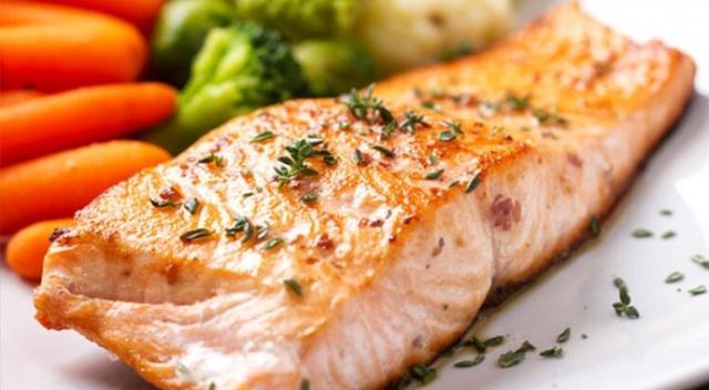 SOMON Somonun en bilinen özelliği omega 3'ten zengin olması. Ancak son yıllarda yağda eriyen bir vitamin türevi olan ve çok kuvvetli bir antioksidan özelliği olan aksaksantinden de somonun çok zengin olduğu bulundu. Aksaksantin gençleştirmekten tutun bağışıklığı güçlendirmesine ve enerji metabolizmasına kadar bir çok yerde vücudumuzu olumlu anlamda destekliyor. Haftada 1 kez 150-200 gr somon tüketmekte fayda var fakat balığın temiz denizlerden elde edilmiş olması çok önemli.