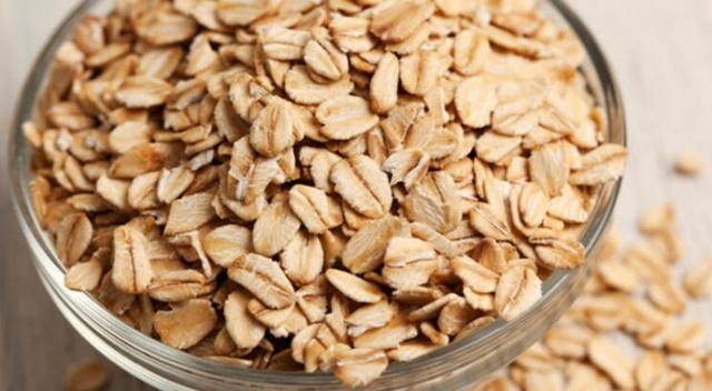YULAF Yulaf posa içeriği yüksek bir besin olduğundan kompleks karbonhidratı olan bir tahıl. Diğer birçok tahıla göre yavaş kana karışması sayesinde insülin salınımı artmıyor. Kan şekeri hızlı yükselip düşmediğinden de enerji veren besinlerin arasında yer alıyor. Ayrıca içerdiği betaglukan sayesinde sindirim sisteminin iyi çalışmasını sağlayarak enerji üretimine katkıda bulunan yulafı, haftada 2-3 kez kahvaltı yerine veya ara öğün olarak tüketebilirsiniz.