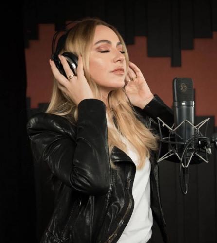 """Türk basınının kendisiyle ilgilenmesinden sonra kariyerini Türkiye'ye taşıdı.2008'de ikinci stüdyo albümü Hadise'yi yayımladı. İngilizce ve Türkçe şarkılardan oluşan albümde yer alan """"Deli Oğlan"""" şarkısı Türkiye'de bir hit oldu."""