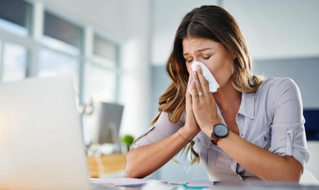 Kadınlar daha fazla ağrı reseptörüne sahiptir, bu yüzden ağrıyı daha yoğun hissederler. Bununla birlikte, yüksek östrojen seviyesi sayesinde, ağrının erkeklerden daha kolay üstesinden gelebiliyorlar.