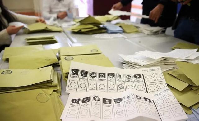 Avrasya Araştırma Başkanı Kemal Özkiraz'ın açıkladığı son seçin anketi sonuçlarında AK Parti'deki oy kaybı dikkatlerden kaçmadı.