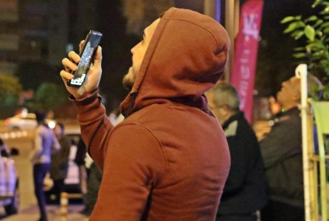 Antalya'da genç kadının çatıdaki tehlikeli hareketlerini kimi vatandaş cep telefonuyla sosyal medyadan canlı yayınladı, kimi de sinemada film izler gibi cips yiyerek izledi.