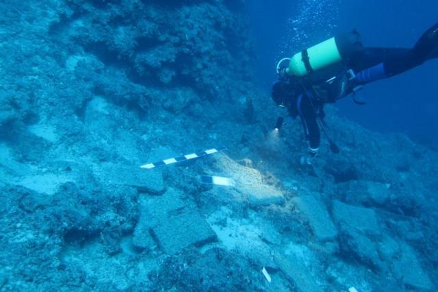 Antalya'nın batısında keşfedilen 3 bin 600 yıllık dünyanın en eski gemi batığında, yastık formlu 74 bakır külçe bulundu. Yastık formlu bakır külçelerin dünyada sadece 5 örneği olduğu belirtiliyor.