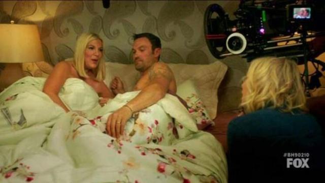 """""""Beverly Hills, 90210"""", dizinin orijinal oyuncularıyla yeniden çekimlerindeki yatak sahnesi Tori Spelling'i oldukça zorladı."""