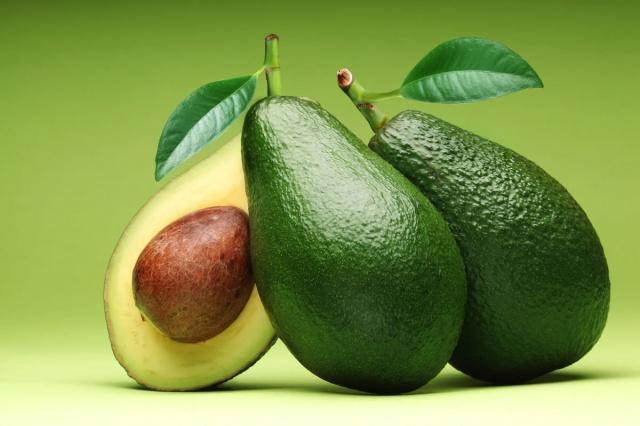 Türkiye'de avokado üretiminin yaklaşık yüzde 70'inin karşılandığı Antalya'da yetişiyor. Genellikle 'timsah armut' olarak adlandırılan yeşil, armut biçimli bir meyve olan avokado sağlıklı yağlar, lif ve diğer önemli besin maddeleriyle dolu.