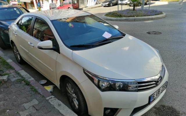 Samsun'da otomobilin altını yuva edinen bir kediyi fark eden vatandaş, otomobilin camına yazı bırakarak, araç sürücüsünü uyardı.