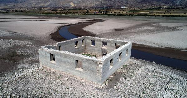 SİVAS'ın Suşehri ilçesindeki Kılıçkaya Barajı'nda suların çekilmesiyle eski yerleşim yerlerinden kalıntılar gün yüzüne çıktı.