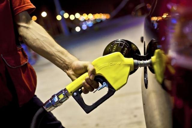 Benzin istasyonlarında yeni döneme başlıyor. Araç sahipleri akaryakıt almak için istasyona giriş yaptıklarında araçlarına benzin dolduracak artık kimseyi bulamayacak. İşte akaryakıt istasyonlarında geçilecek yeni sistemin tüm detayları...