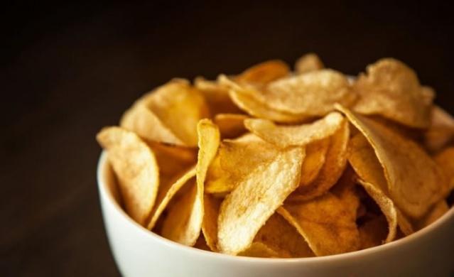 Bu besinin bağımlılık yaptığı ortaya çıktı! İşte bağımlılık yapan tehlikeli besinler Bazı besinler vücudumuza yararlı yani olumlu yönde etkilerken bazı besinler ise sağlığımızı olumsuz yönde etkileyebilmektedir. Önemli olan hangi besinin ne gibi zararları olduğunu bilerek o besinlerden uzak durmak olacaktır. Son yapılan araştırmalara göre sağlığımızı etkileyerek daha fazla yememize sebep olan besinler ortaya çıktı. Araştırmayı yürüten Michigan Üniversitesi'nden uzmanlar, bağımlılık yapan yiyecekleri araştırdılar. İki bölümlük bir çalışma yayımlayan uzmanlar, bağımlılık yapan o besinler açıkladı. Peki bağımlılık yapan besinler nelerdir? Günlük hayatta tükettiğimiz hangi besinler bağımlılık yaratır. İşte bağımlılık yaratan tehlikeli bir o kadar da sağlıksız besinler...  BAĞIMLILIK YAPAN BESİNLER!  Michigan Üniversitesi'nde yapılan bir araştırmada iki bölümlük bir çalışma yapıldı. Uzmanlar yenilen yiyecekler ve içeceklerin ardından bağımlılık yapan o ürünleri tespit ettiler. İşte o 17 yiyecek... CİPS