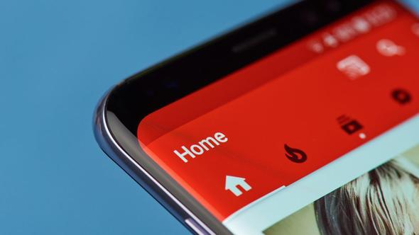 YouTube Go bugünden itibaren telefonlara yüklenebilecek; henüz herkes erişemese de ilerleyen saat ve günlerde herkesin erişimine açılacak. Uygulama ücretsiz; iPhone ve Android cihazlarda kullanılabilecek.