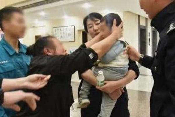 in'de film senaryolarını aratmayan bir olay ortaya çıktı. Yerel medyanın haberine göre, ülkenin Zhejiang eyaletinde Se adındaki bir babanın boşandığı eşinden olan 2 yaşındaki oğlunu para karşılığı sattığı belirtildi.