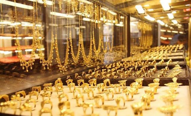 Yaz aylarının yaklaşmasıyla düğün sezonu açılıyor. Düğün sezonunun başlamasıyla altın satışları da hareketlendi. Ailelerin bir düğün için en az 20 bin liralık takı harcaması yapması gerekiyor. Bu potansiyel de piyasaya sahte altın sürenlerin tuzaklarına aman dikkat dedirtiyor.