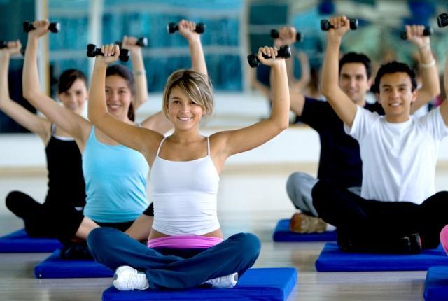 EGZERSİZ: Vücudunuzda kas oranını düzenlemek için en doğru olan spor ve dengeli beslenmedir. Spor yaptıktan önce ve sonra da kendinize dikkat etmeniz ve doğru besinler tüketmeniz gerekir.  Egzersiz sırasında ihtiyacınız olan enerjiyi sağlayacağınız depo yediklerinizden gelir. Protein kasların yapımı için gereklidir.  Bacak kramplarını önlemek için potasyum ve magnezyuma ihtiyaç vardır. Size yorucu bir egzersiz için anlık enerji verecek yiyecekleri de tüketmelisiniz.