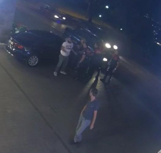 Bursa'da uygulama noktasında polis ekiplerinin darp ettiği iddia edilen avukatın ehliyeti olmadığı halde otomobil kullandığı, aracın daha önce trafikten men edildiği, ayrıca kendisine üst araması yapmak isteyen polis ekiplerine de 'kendinize haritadan yer beğenin' diyerek tehditler savurduğu ortaya çıktı. Darp edildiğini iddia eden avukatın polislere zorluk çıkarıp üst araması yapmak isteyen bir polis memurunu ittiği anlar ise güvenlik kameralarına saniye saniye yansıdı.