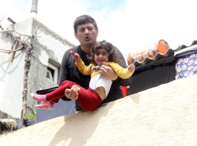 Adana'da eşiyle tartışan şahıs rehin aldığı 4 yaşındaki kızını damdan atmaya çalıştığı sırada kızı ''Babacığım beni atma, eve gidelim yapma'' diye feryat etti.