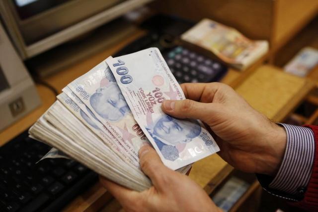 Ramazan Bayramı için emekli ve hak sahiplerine yaklaşık 12 milyar liranın üzerinde ikramiye ödenecek. Maaşı 600-999 lira arasında olan 220 bin emeklinin geliri de bin liraya çıkarıldı.