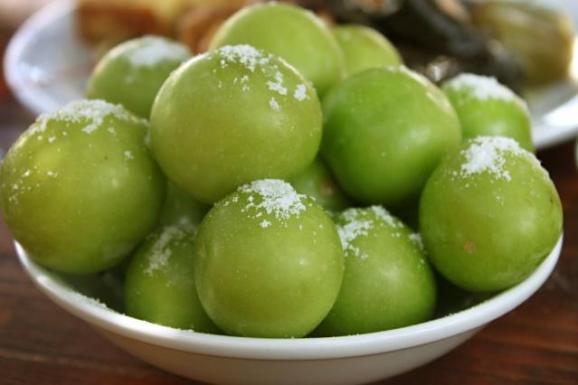 Açlık ve tokluk hissinin belirlenmesinde en büyük etkenlerden biri kan şekeridir. Eğer, kan şekeri dengede olursa sağlıklı insanlar gibi acıkır veya doyduğunuzu hissedersiniz. Bunu sağlamanın en garantili yollarından biri de kan şekerini dengeleyen yeşil erik gibi besinler tüketmektir. Yeşil erik, bu özelliğiyle kilo verdirir ve ara öğünler için çok ideal bir meyvedir. 1 kase yeşil erik ortalama 50 kaloridir.