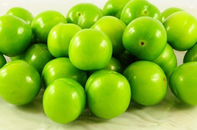 Diyet yapmayı erteleyenlerin en büyük korkularından biri, kilo verdiklerinde deride sarkma olacağıdır. Oysaki yeşil erik gibi C vitamini açısından zengin ve bağ dokusunu güçlendiren meyvelerle beslenmek hem sarkmaları önler hem de cildin genç kalmasını sağlar. Yeşil eriğin faydalarından biri de sağlıklı beslenme eşliğinde günde bir avuç yeşil erik yiyerek sarkmaların üstesinden gelebilirsiniz.