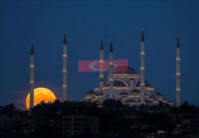İstanbul'da akşam saatlerinde beliren dolunay ile Büyük Çamlıca Camisi güzel görüntü oluşturdu.